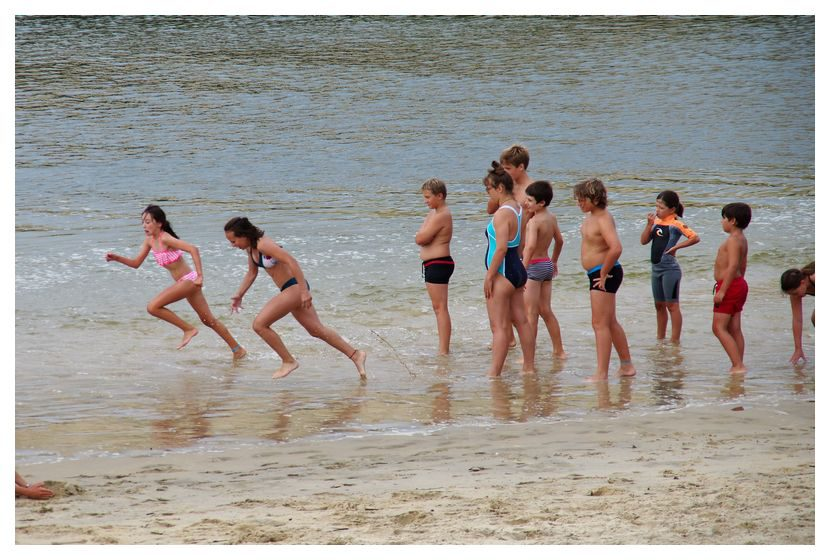 Enfants courent plage